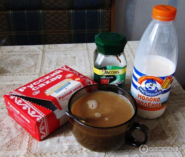 Кружка кофе с молоком на кухонном столе