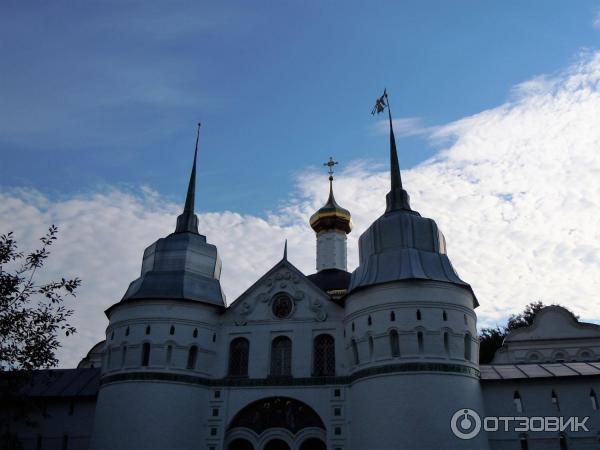 Вход в монастырь с р. Волги