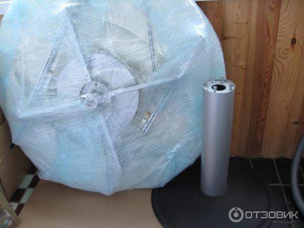 разобранный и упакованный стеклянный стол на лоджии