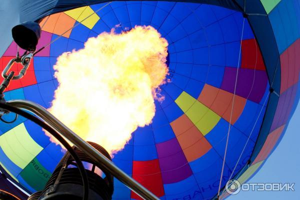 Накачивание купола воздушного шара горячим воздухом для подъема