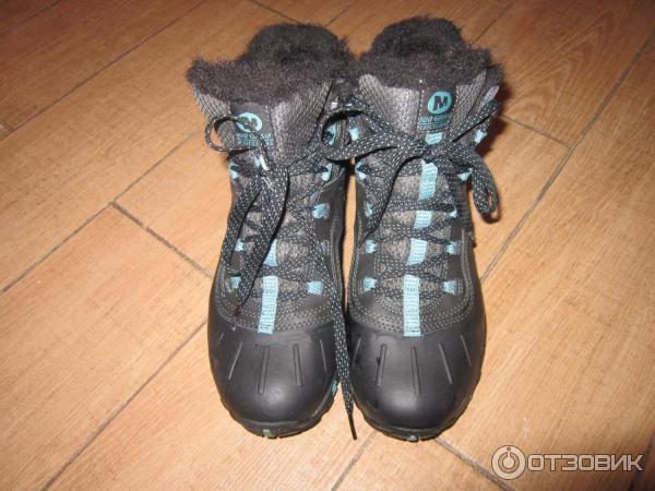 088057ae Ботинки зашнуровуются. Есть меховая окантовка. Сразу видно, что ботинки  женские, выглядят очень аккуратно и красиво.